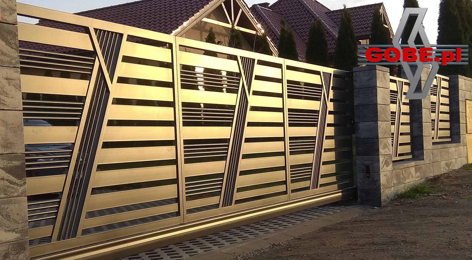 nowoczesne ogrodzenia z przesuwaną bramą z motywem między stalowymi słupkami